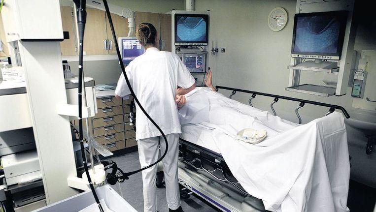 Een patiënt wordt voorbereid op een coloscopie om te controleren op kanker. Beeld Maarten Hartman, HH