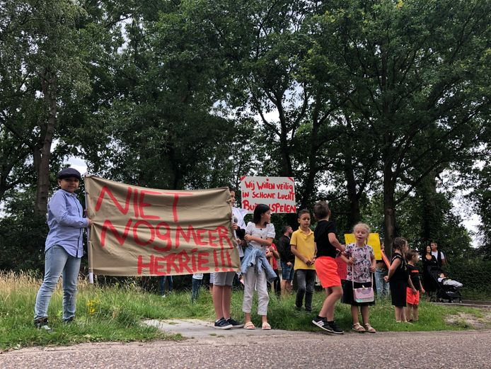 Kinderen van woonwagenkamp Pieterveld in Nuenen protesteren bij de aftrap van de dialoog over het verkeer van Nuenen-West