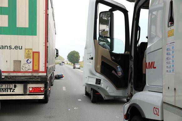 De motorrijder kwam ten val door een openzwaaiend portier van een vrachtwagen.