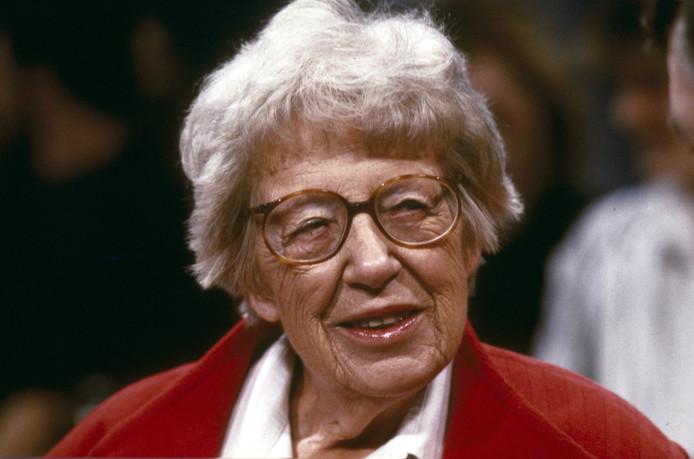 In de vierdelige serie Annie M.G. Schmidt portretteert kleinzoon Jonathan van Duijn zijn oma als de koningin van de kinderboeken, grondlegger van Nederlandse musicals en pionier van radio en televisie.