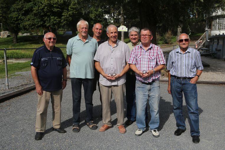 De kampioenen met het bestuur van de petanqueclub