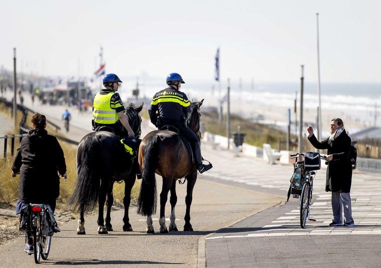 Politie te paard patrouilleert op de boulevard van Zandvoort. Beeld ANP