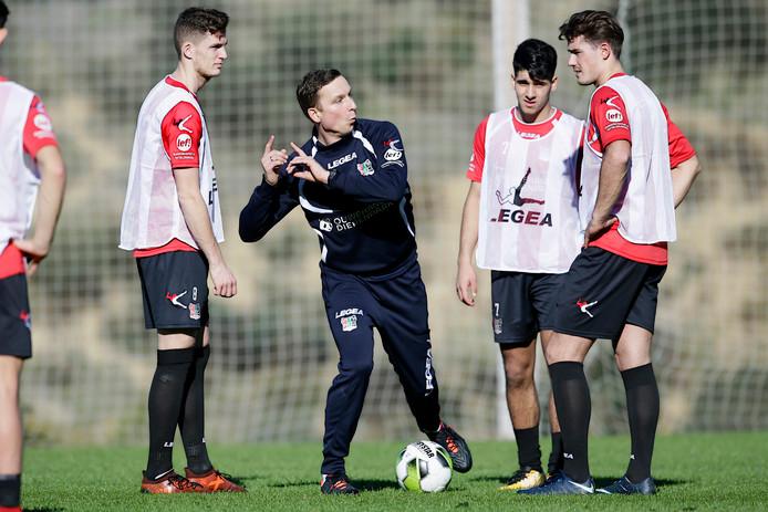 Trainer Pepijn Lijnders geeft uitleg op trainingskamp in Spanje aan onder meer Hicham Haouat van Jong NEC (rechts van de trainer).