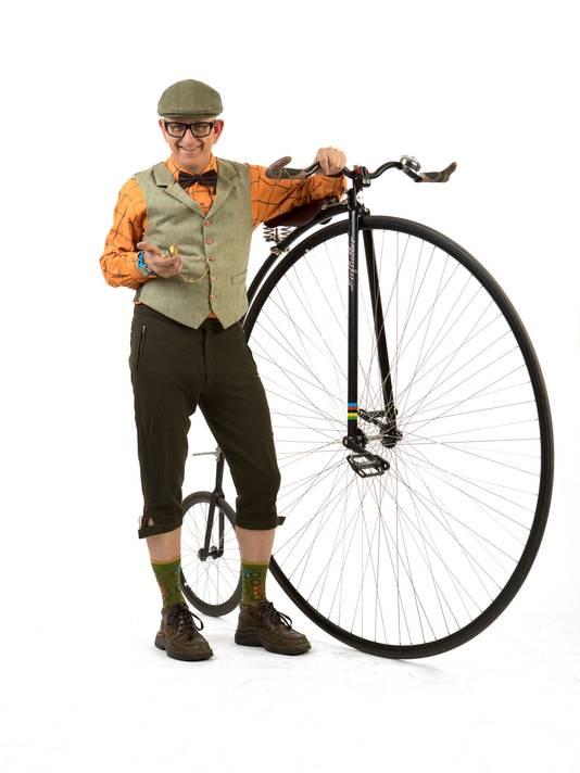 Arie Liefhebber in het 'toertenue' met zijn hoge bi. ,,Bij toertochten is het jasje-dasje.''