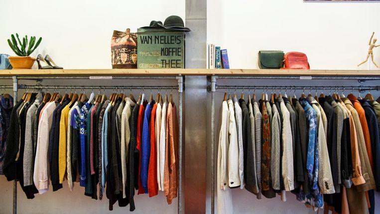 Geen enorme bergen kleding: bij tweedehandszaak Betty Jane in De Pijp heb je overzicht Beeld Carly Wollaert