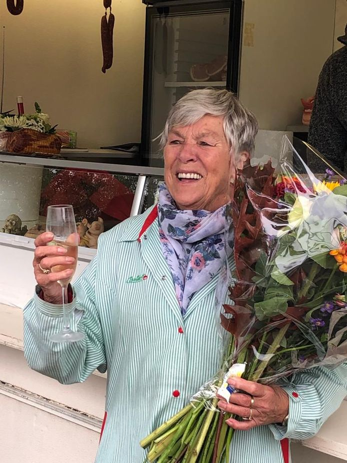 BAARLE-NASSAU - Jo 'Worst' Kelderman tijdens haar afscheid van de worstkraam in Baarle-Nassau.