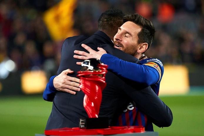 Messi ontving van Kluivert de award voor beste speler van de maand maart.