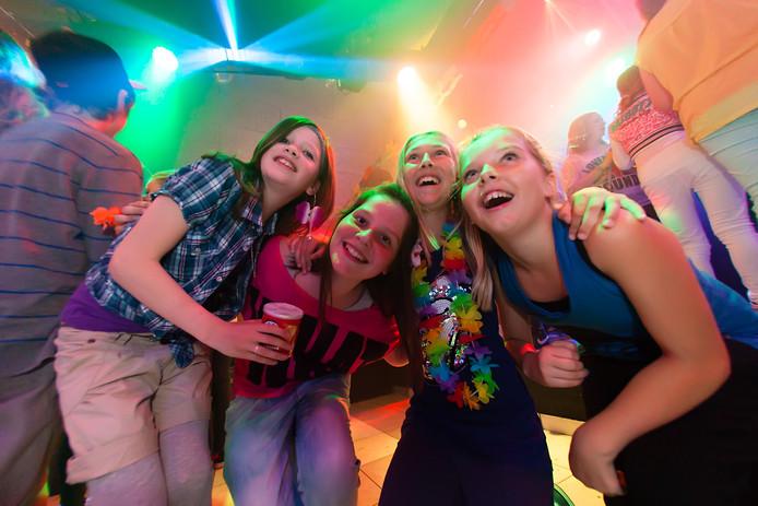 Groep 8 leerlingen vieren feest in tienercentrum Max in Alphen FOTO MARTIN SHARROTT