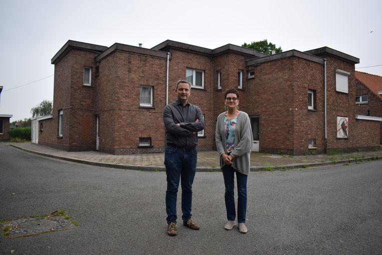 Zelzaats eerste schepen Geert Asman (PVDA) met Maureen Tollenaere in de wijk Klein Rusland.