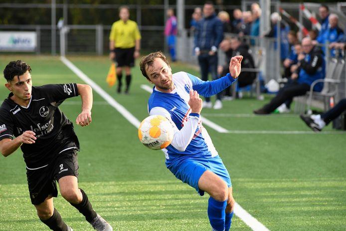Jasper Verstraten (rechts) schoot tegen Best Vooruit een strafschop raak.