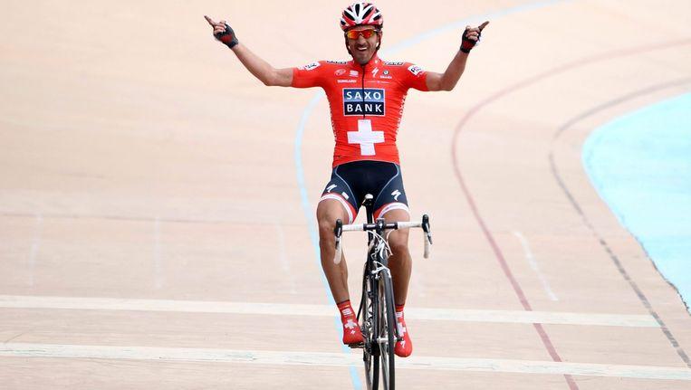 Fabian Cancellara komt solo aan op de wielerbaan van Roubaix in 2010 Beeld anp