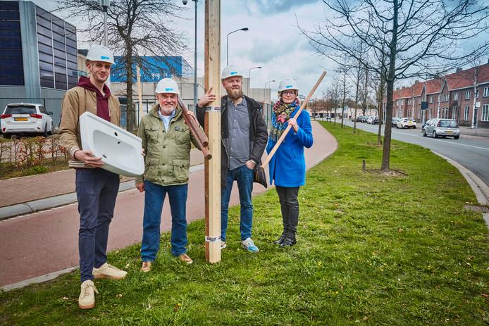 Bewoners Jimmy Wingelaar en Frank Braat, en Alex Jansen en Angelique Bellemakers (vlnr) van Woonbedrijf op de Glaslaan in Eindhoven waar 20 circulaire sociale huurwoningen moeten verrijzen.