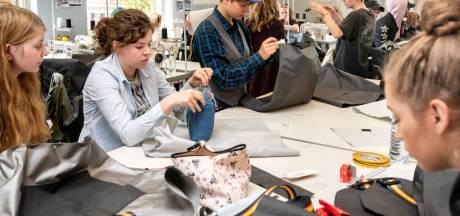 Leerlingen roc RijnIJssel houden vluchtelingen warm met hun tas voor een slaapzakjas