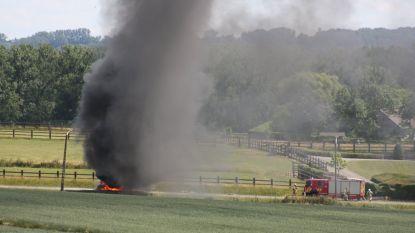Wagen brandt uit na panne op N8 en even verderop komt wagen tot stilstand in weiland