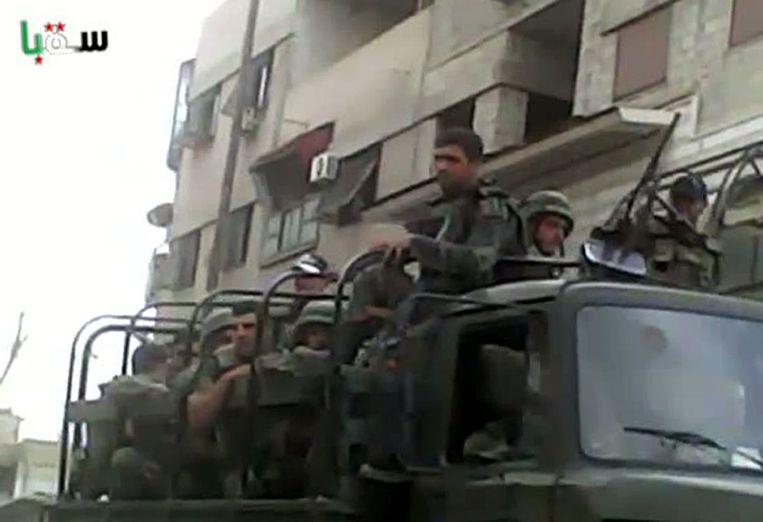 Afbeelding afkomstig van een video die vandaag op Youtube is gezet. Op het beeldmateriaal zijn Syrische troepen te zien in de buitenwijken van Damascus. Beeld ANP