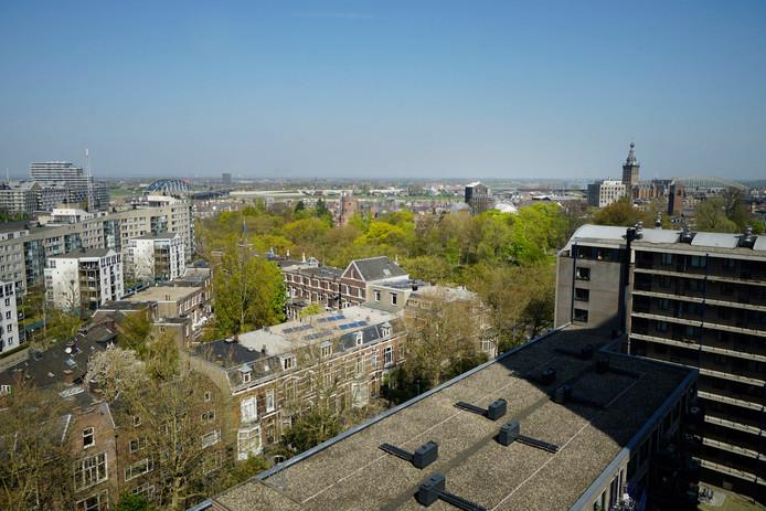 Een blik op Nijmegen vanuit het raam van een van de appartementen in het voormalige belastingkantoor aan de Stieltjesstraat.