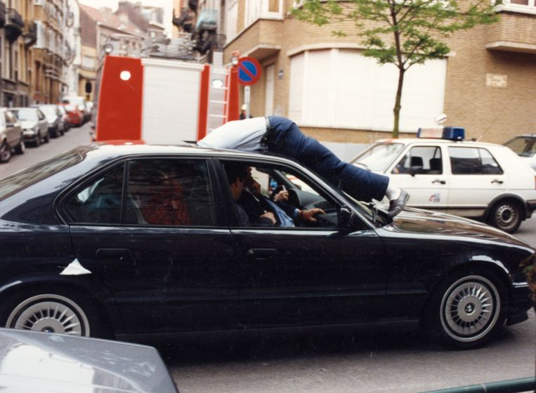 Ontsnapping van Kapllan Murat, Basri Bajrami en Philippe Lacroix uit de gevangenis van Sint-Gillis. Gevangenisdirecteur Harry Van Oers zat als gegijzelde op de achterbank van de BMW.