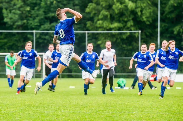Michael van de Klundert scoort de laatste penalty en beslist daarmee de wedstrijd.