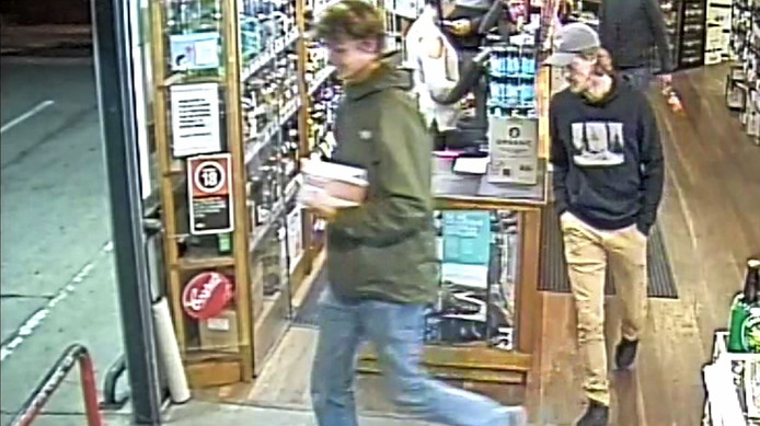 De vermiste Theo (rechts) op de avond voor zijn verdwijning, terwijl hij wijn kocht bij een nachtwinkel.
