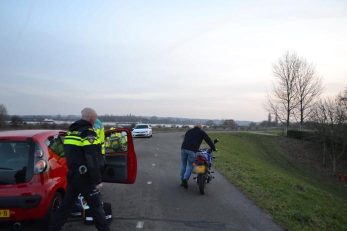 Op de Waaldijk bij Bemmel is woensdagmiddag een jongeman op zijn motor in een bocht onderuit gegaan.