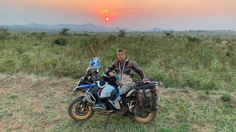 Waldemar Torenstra reist op zijn motor door Afrika voor zijn documentaire Ondersteboven van Afrika. Beeld BNNVARA