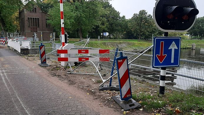 Enkele hekken werden door 'een zwaar voertuig' gemangeld bij de brug in Haghorst.