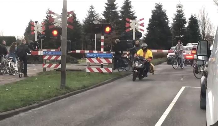 Langzaam verkeer negeert de dichte overwegbomen in Tolberg na verloop van tijd.