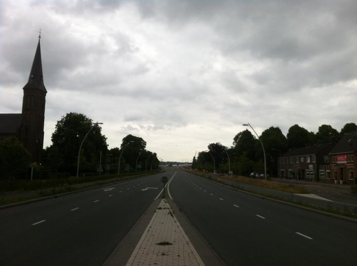 De Mauritssingel aan de andere kant van de brug, ook leeg.