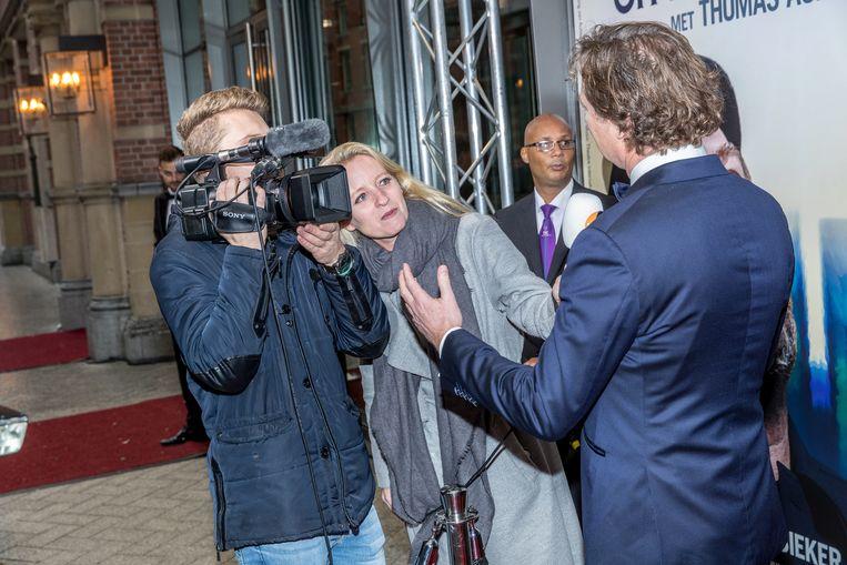 WNL interviewt iemand tijdens de première van Fiddler on the Roof. Beeld Hollandse Hoogte / Fotopersburo Edwin Janssen
