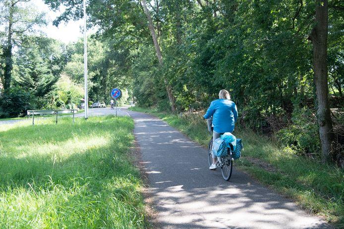 Het 15-jarig meisje dat dinsdag van haar fiets is gereden door een groepje wielrenners dat tegen de richting in fietste, reed net als deze dame vanuit de richting Ommen naar de aansluiting van het fietspad op de Lemelerweg. Fietsers die hier richting Ommen willen moeten al eerder rechtsaf slaan en via een tunneltje onder de N347 door rijden.