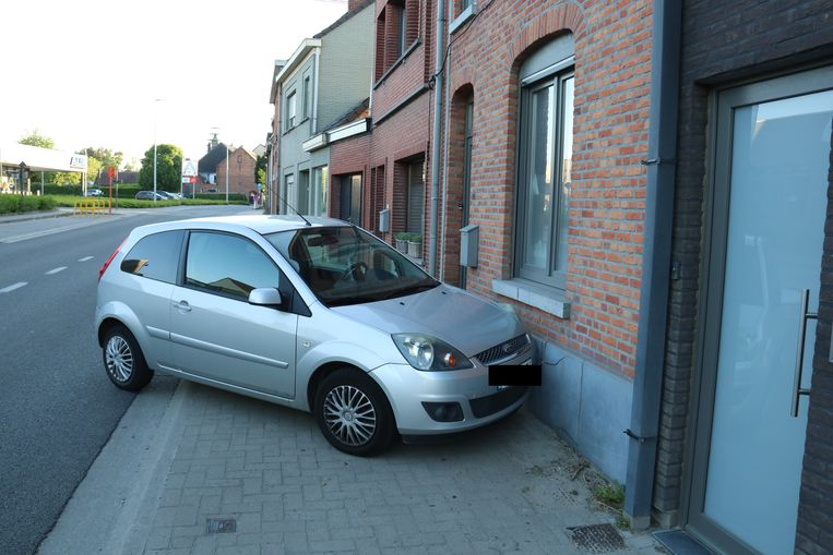 De auto kwam tegen de gevel terecht.