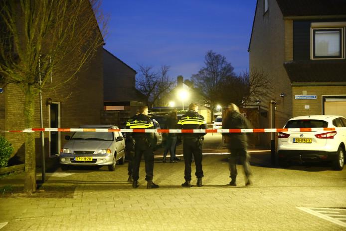 Agenten doen onderzoek aan de Hanselaarmate in Zwolle.