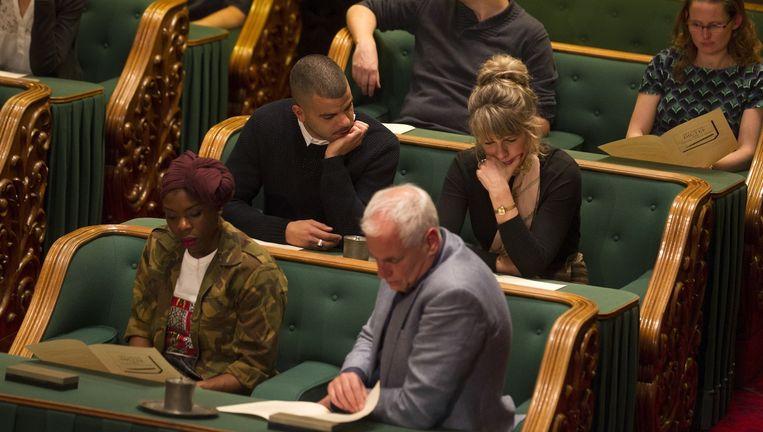 Deelnemers tijdens het Groot Dictee der Nederlandse Taal in de Vergaderzaal van de Eerste Kamer. Beeld anp