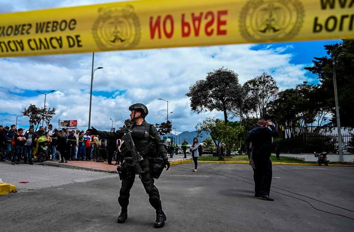 Veiligheidstroepen in actie na de aanslag op een politieschool in de Colombiaanse hoofdstad Bogotá.