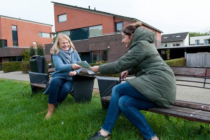 Loopbaanbegeleider Wendela van der Meiden (links) hielp Kirsten Vogel bij het vinden van een nieuwe baan in een totaal andere branche.