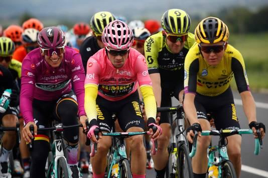 Roglic in de roze leiderstrui.