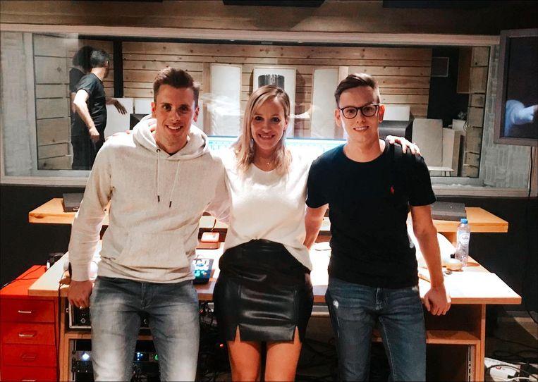 Elisabet tussen producers Critix (Michaël Cuypers) en Salvo (Tjörven Peeters), met wie ze samen 'All it Takes' maakte.