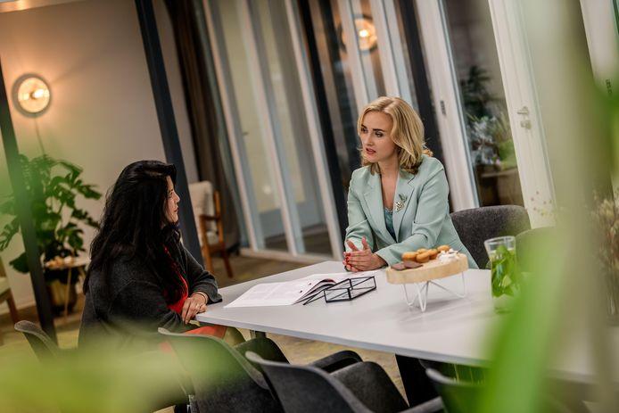 Heidi Tijhuis (rechts) van Vrouw in Stijl geeft persoonlijk advies op gebied van stijl en kleding.