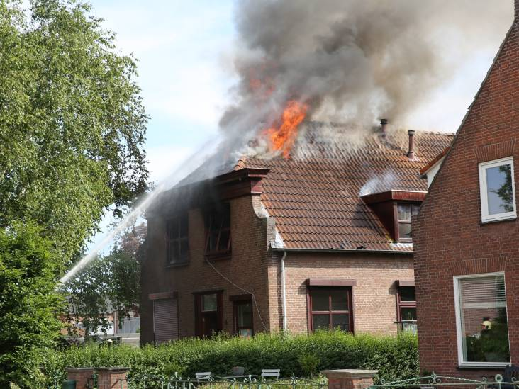 Vlammen slaan uit het dak bij woningbrand in Noordhoek
