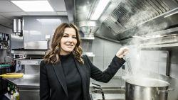 """Britse tv-kokkin Nigella Lawson heerlijk eerlijk: """"Koken geeft mij meer troost dan het opeten"""""""
