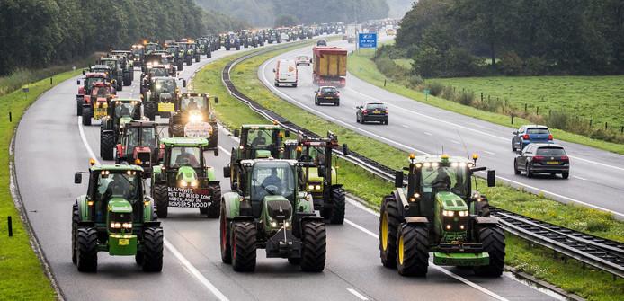 Boeren met hun trekkers op de snelweg, tijdens eerdere protesten.