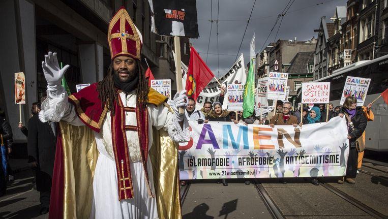 Zwarte Sinterklaas tijdens een demonstratie tegen racisme in Amsterdam vorige maand. Beeld Dingena Mol