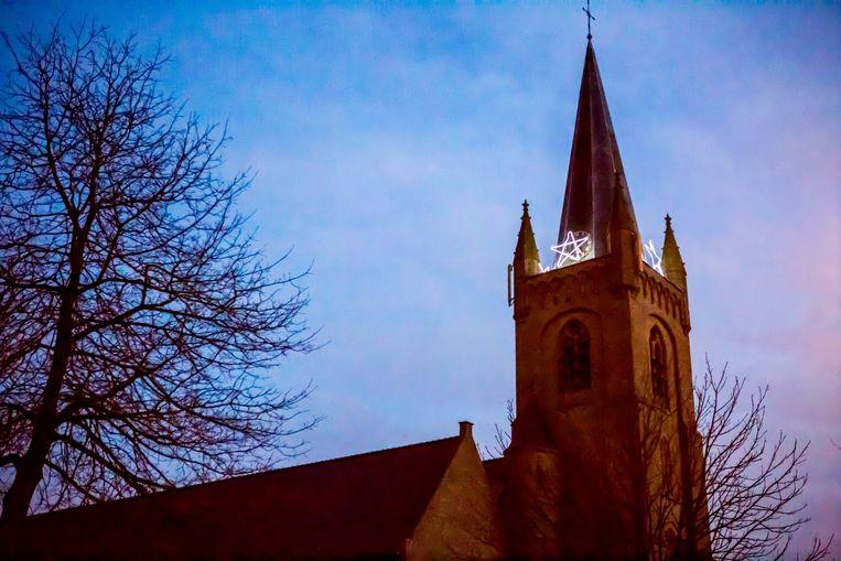Op de kerktoren prijkt een pentagram, nochtans een heidens symbool.