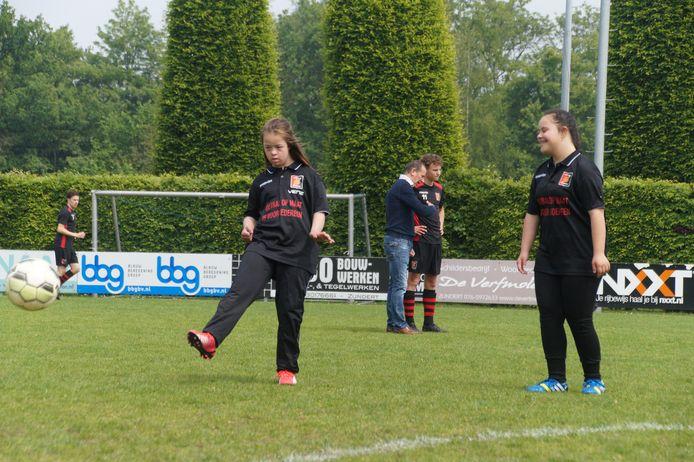 Het team van Voetbal op Maat trapt bij VV Zundert een balletje over. Op de foto is Kaya aan de bal.
