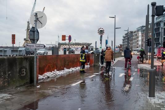 Een deel van het fietspad staat even onder water.