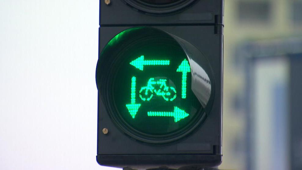Het 'vierkant groen' houdt in dat fietsers en voetgangers uit de verschillende richtingen telkens tegelijk groen licht krijgen. om over te steken, terwijl auto's en vrachtwagens nog even moeten wachten.
