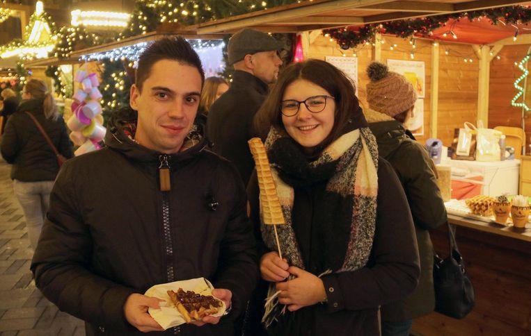 Niels en Klaudia bezoeken de kerstmarkt.