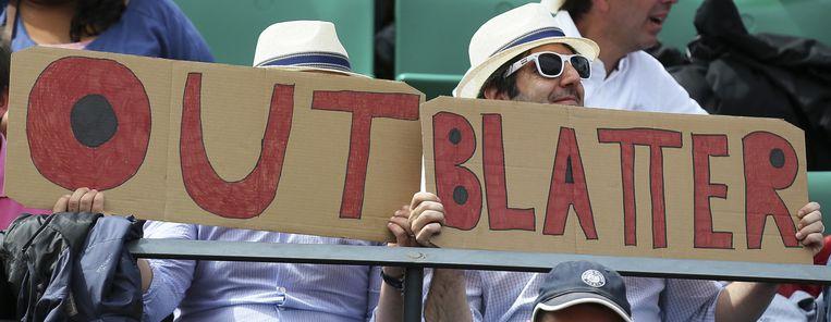 Rond Blatters herverkiezingen als Fifa-voorzitter waren er wereldwijd protesten tegen zijn kandidatuur, zoals hier tijdens het tennistoernooi Roland Garros in Parijs. Beeld ap