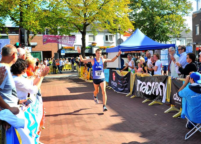 Tim Kragten, winnaar van de halve marathon in Deurne.