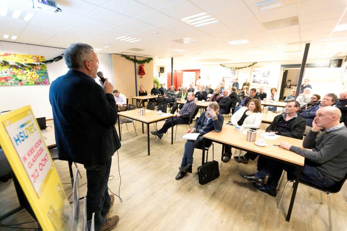 Een goed bezette zaal in dorpshuis Valentijn volgde dinsdagavond de voorlichtingsbijeenkomst over de aansluiting van het Sterkselse buitengebied op het glasvezelnetwerk.